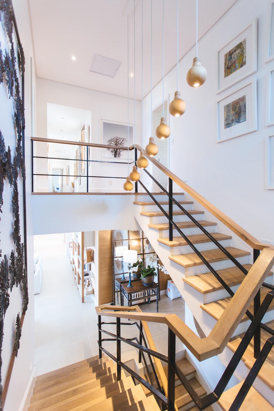 escalier bois maison blanche
